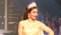 IIJW 2015, Day 2 Soha Ali Khan breaks into a gig on the ramp, Evelyn Sharma turns showstopper